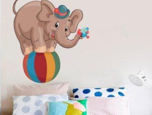 Ελεφαντάκι πάνω σε μπάλα Παιδικά Αυτοκόλλητα τοίχου 60 x 50 cm